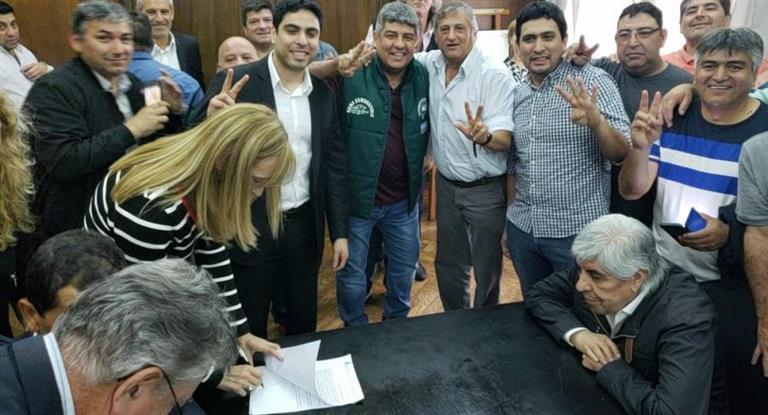 http://www.lacorameco.com.ar/imagenes/camioneros_aumento.jpg